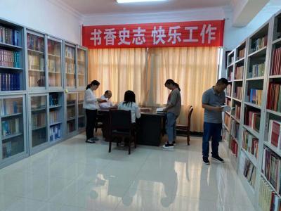 """丘北县委史志办开展 """"书香史志 快乐工作""""阅读活动"""