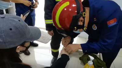 尴尬!丘北一女子手指被戒指卡住 消防员一根线搞定