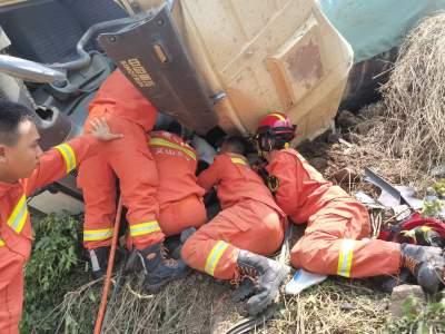 丘北县消防救援大队成功救援一名被困驾驶员