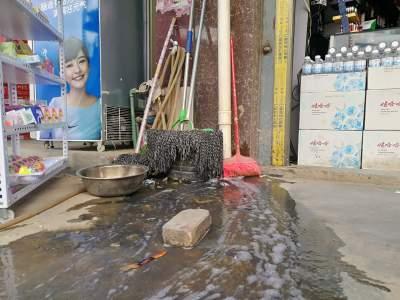 【爱卫曝光台】丘北北门垭口好客来超市楼上污水横流