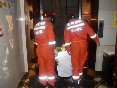 16人被困电梯 消防迅速解救