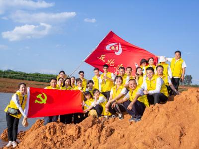 丘北县委宣传部30余名志愿者赴双龙营镇开展清湖志愿行动