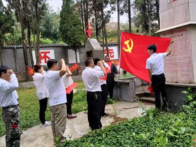 丘北县发改局党支部到腻脚乡烈士陵园开展红色教育