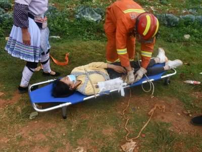 丘北:两人骑车坠入河道  消防救援紧急出动