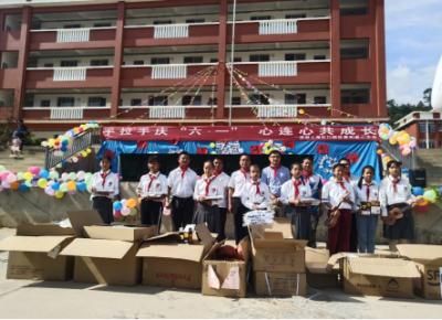 上海爱心企业为山区儿童送来节日礼物