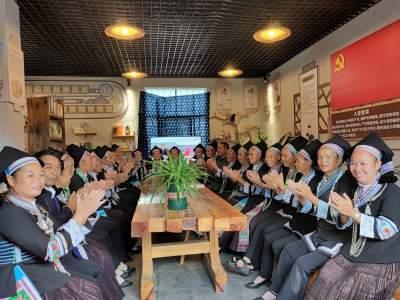 农家书屋话党恩 民族群众欢庆党的盛典人民的节日