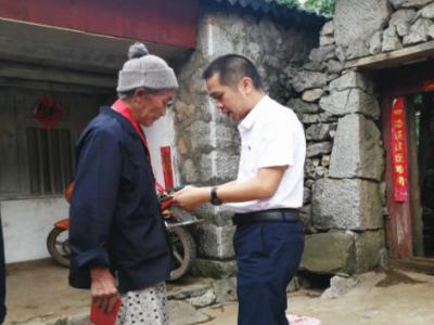 县委常委、县纪委书记李加华到舍得乡走访慰问老党员