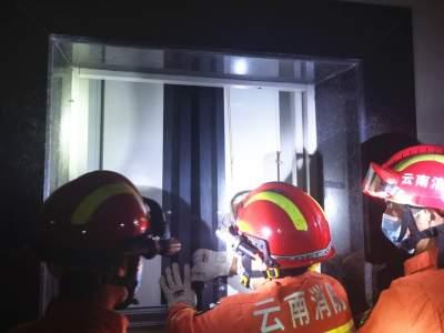 丘北:电梯停电 2人被困  消防快速解难
