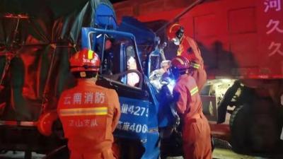 丘北:车祸致2人被困 消防紧急救援