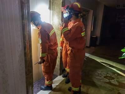  丘北: 女子被困电梯 消防紧急救援