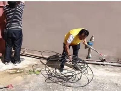 """丘北县发改局开展""""干在实处 为民服务"""" 大扫除活动"""