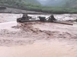 云南红河县:采砂船被困江中 消防救援人员冒险救出1人