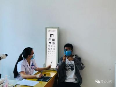 红河县173名热血青年参加征兵体检