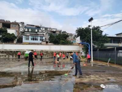 """红河县开展""""庆国庆·迎中秋""""集中大清扫活动,将爱国卫生专项行动推向新高潮"""