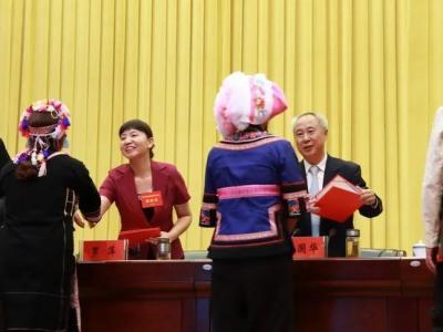 红河县组织参加红河州第七次民族团结进步表彰大会