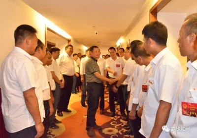 陈勇宏看望慰问参加县十五届人大六次会议的人大代表