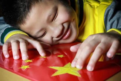 这个孩子触摸国旗的表情,让人泪目……
