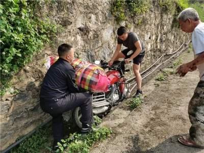 河口边检站民警巡逻途中救助一名交通事故受伤群众