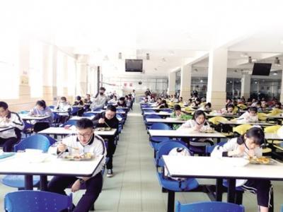 云南初三高三开学已一个多月 吃饭成别样风景 拉近师生间距离