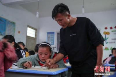 六部门:提高地位待遇 让乡村教师享有应有的社会声望