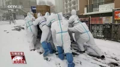"""寒冬中的感动:风雪中""""移动的雕塑"""""""