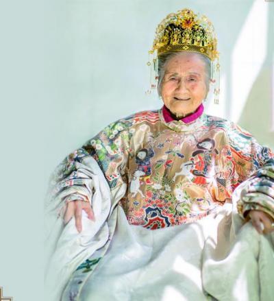 花数万元为94岁曾祖母拍汉服照 老人:结婚都没穿这么漂亮