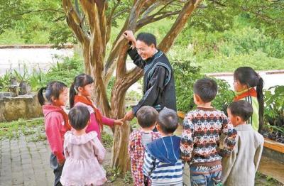 【百名劳动者贺百年】农加贵:35年坚守大山教书育人