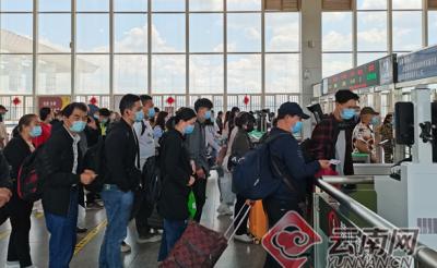 """云南:铁路迎来""""五一""""出行高峰 预计发送旅客30万人次以上"""