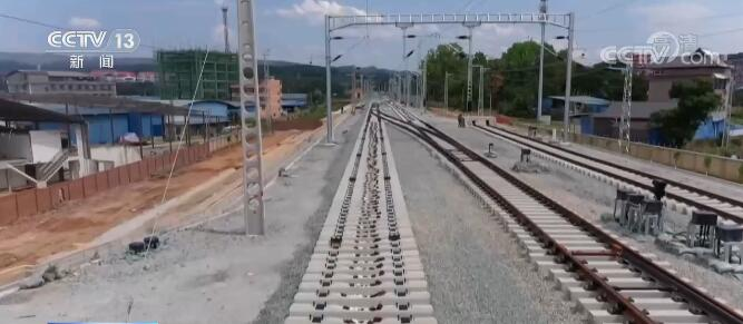 中老铁路国内段双线铺轨任务完成 为年底开通运营奠定基础