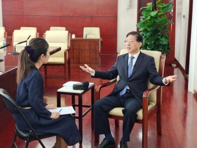 """中国新冠疫苗""""为什么能""""?——新华社记者专访国家卫生健康委副主任曾益新"""