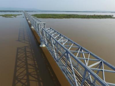中俄首座跨江铁路大桥铺轨贯通:年过货能力2100万吨