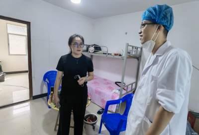 泸西县委常委、县委组织部部长曾云海到勐拉镇开展慰问活动